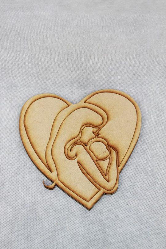 houten hart met silhouette van moeder met baby