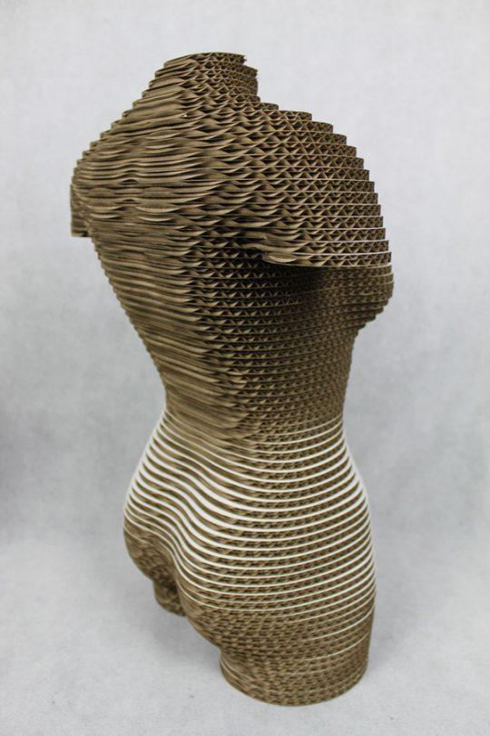 borstbeeld van een vrouw gemaakt van karton